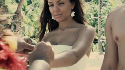 Сватбената церемония следва местните традиции на полинезийския остров и е повече от приказна.