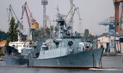 """Военноморските бази в Бургас и Варна ще бъдат обединени през декември тази година, обяви министърът на отбраната Аню Ангелов.  Той обясни, че сливането се налага, тъй като двете бази били едни и същи и функциите им се дублирали. Така след промяната командването ще е в Бургас, а във Варна ще има пункт за базиране.  """"Искаме да премахнем това дублиране и да има едно командване на военноморската база"""", поясни военният министър.  Едновременно с това няколко кораба ще излязат от въоръжение по план. Въпреки сливането военният министър бе категоричен, че намаляването на състава няма да засегне чувствително военноморските сили.  Относно закупуването на нови военни кораби министърът отбеляза, че това най-вероятно ще стане при едно следващо правителство, а в момента целта е да се поддържат способностите, които в момента има флота ни.  Аню Ангелов пристигна в Бургас за ВИП-деня в рамките на военноморското международно учение """"БРИЗ 2012""""."""