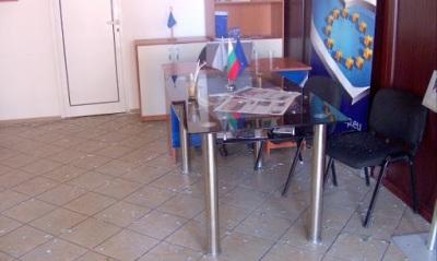Офисът на ГЕРБ в Кюстендил осъмна с изпочупени прозорци
