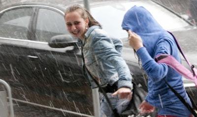 Проливните дъждове и бурния вятър, които вчера обхванаха страната, продължават и днес.