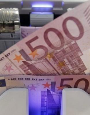 Финансовите министри на страните от зоната на единната европейска валута са съгласни да дадат на Гърция още две години време да оправи финансите си.