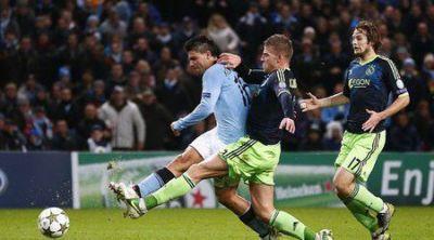 """Аржентинският нападател Серхио Агуеро вкарва изравнителния гол за 2:2 срещу """"Аякс"""""""
