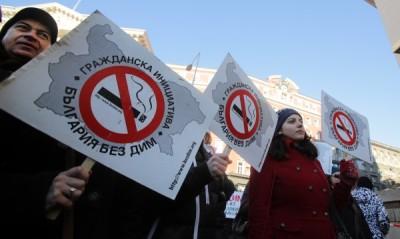 Парламентарната икономическа комисия отхвърли предложението за отмяна на пълната забрана за пушене на закрити обществени места.