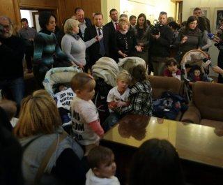 Десетина майки влязоха с децата си в парламента