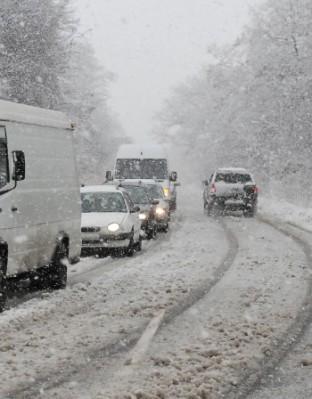Продължава да е тежка зимната обстановка в страната