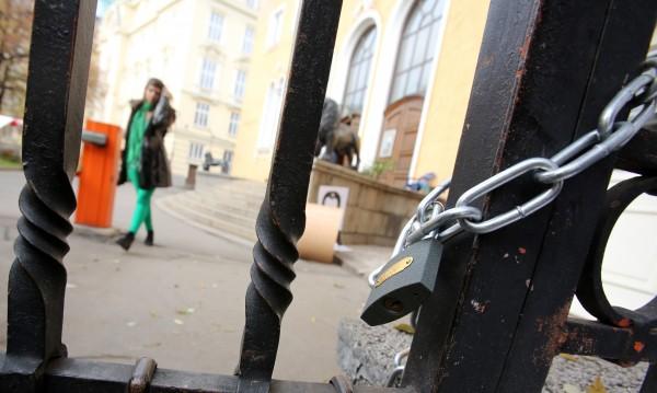 Администрацията на Софийския университет ще бъде допускана днес до Ректората
