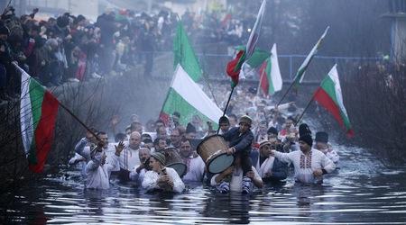 На Йордановден християните се мокрят в реката за здраве
